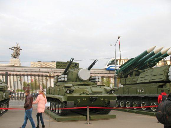 военная техника у павильона 70